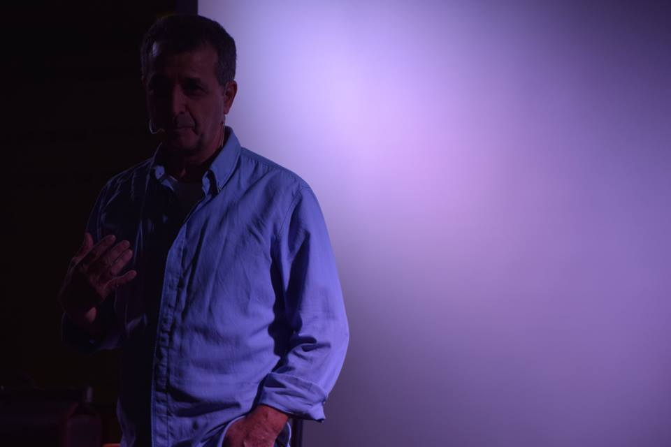 שלומי אלגוסי מסביר ומציג הרצאה מצחיקה וסדנת צחוק